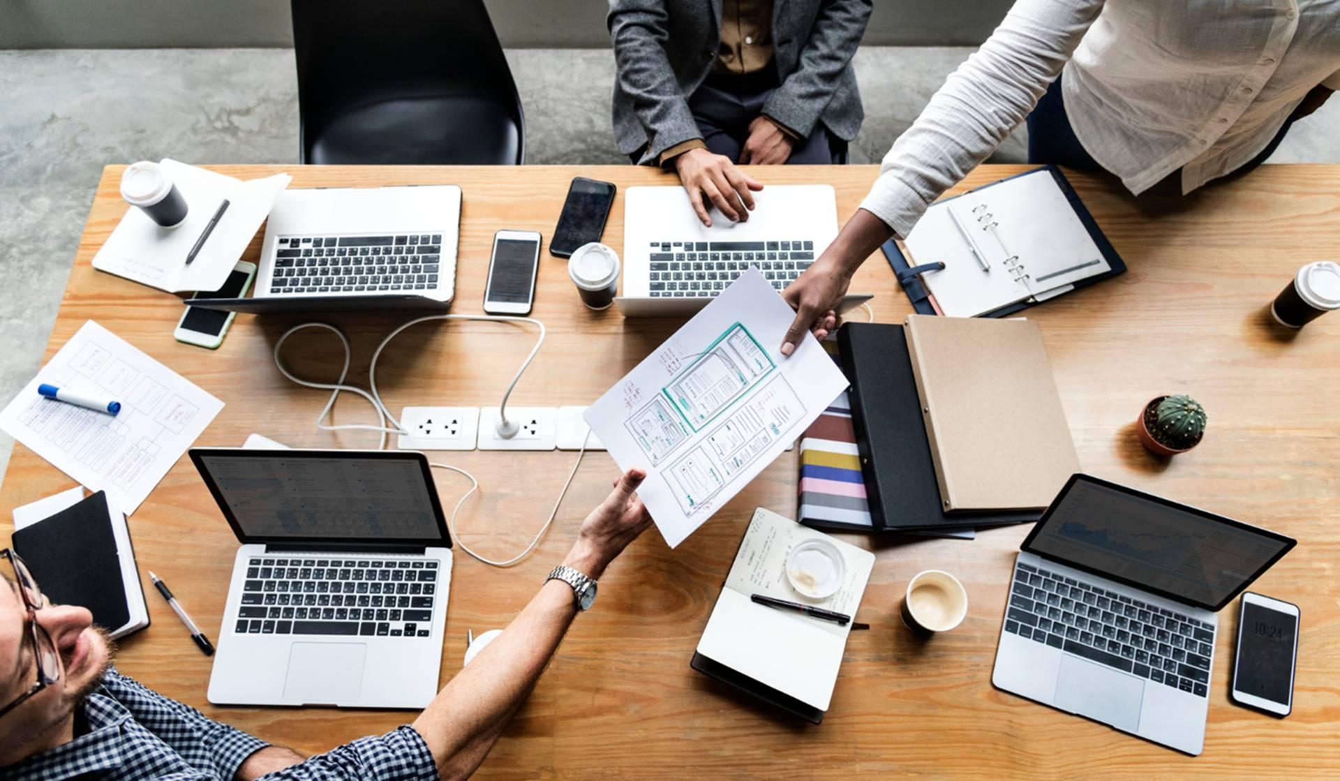 Grupo de personas trabajando en desarrollo web y SEO